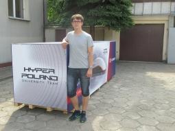fot. Radio Kolor (Paweł Radziszewski z przygotowanym do wysyłki prototypem kapsuły)