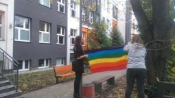fot. Radio Kolor (rozwieszający tęczową flagę uczniowie Społecznego Liceum Ogólnokształcącego