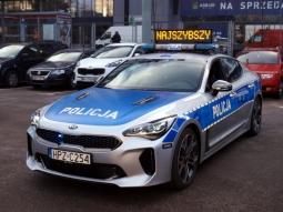 """Fot. policja.waw.pl (na zdjęciu KIA Stinger GT o mocy ponad 360KM - wozem poruszają się funkcjonariusze z grupy """"SPEED"""